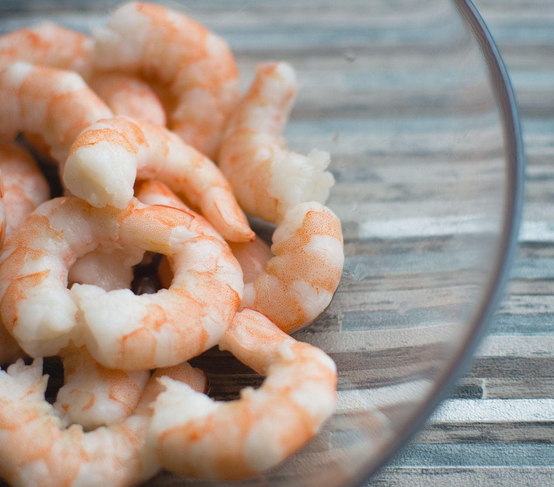 foodiesfeed.com_unfrozen-peeled-shrimp